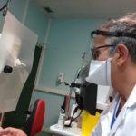 Ophtalmologiste équipé d'un masque