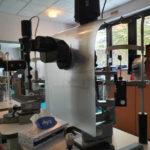 Ecran de protection sur un biomicroscope